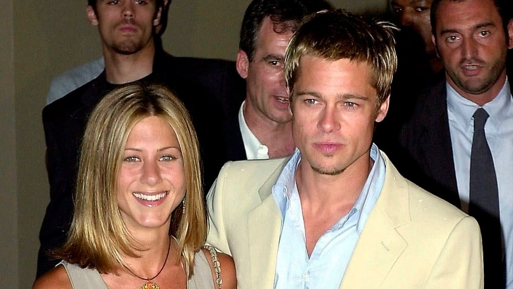 Klikk på bildet for å forstørre. PITT ANISTON FILE - In this June 28, 2001 file photo, American actors Brad Pitt and his wife, Jennifer Aniston, arrive to attend Giorgio Armani Spring/Summer 2002 menswear collection presented in Milan, Italy. In contrast to Brangelina's smallish, tight-as-a-drum ceremony, Pitt's last wedding to Aniston was huge and over the top. The $1 million ceremony in 2000 included a 40-piece gospel choir, floating lotus flowers, a 13-minute fireworks display and imported candles from Thailand. / TT / kod 436