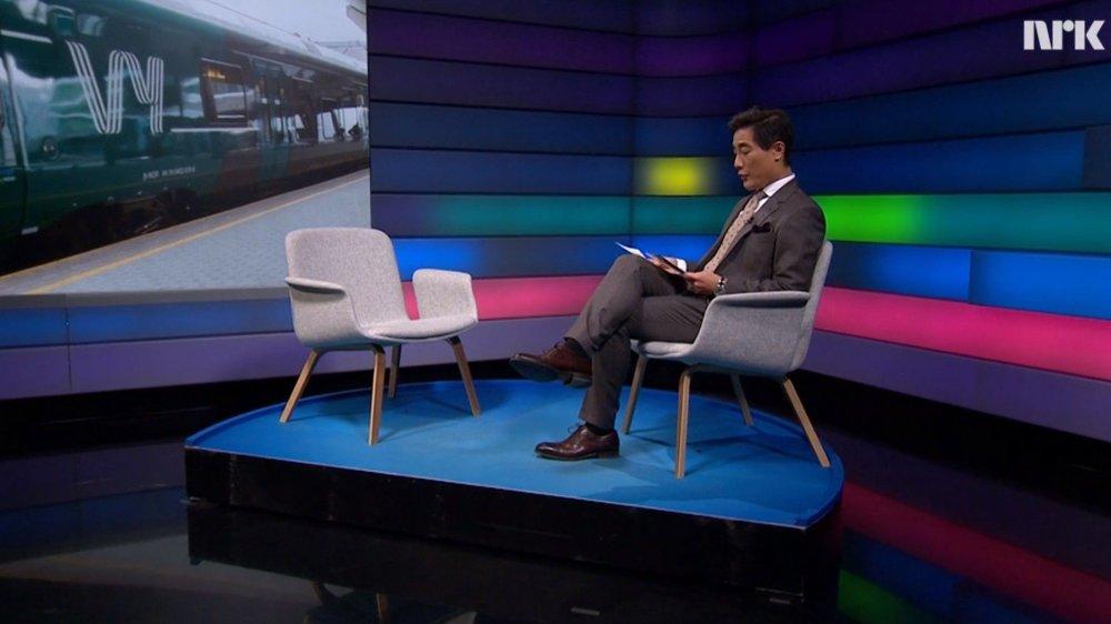 Klikk på bildet for å forstørre. Fredrik Solvang snakker til en tom stol på direktesendt debatt.