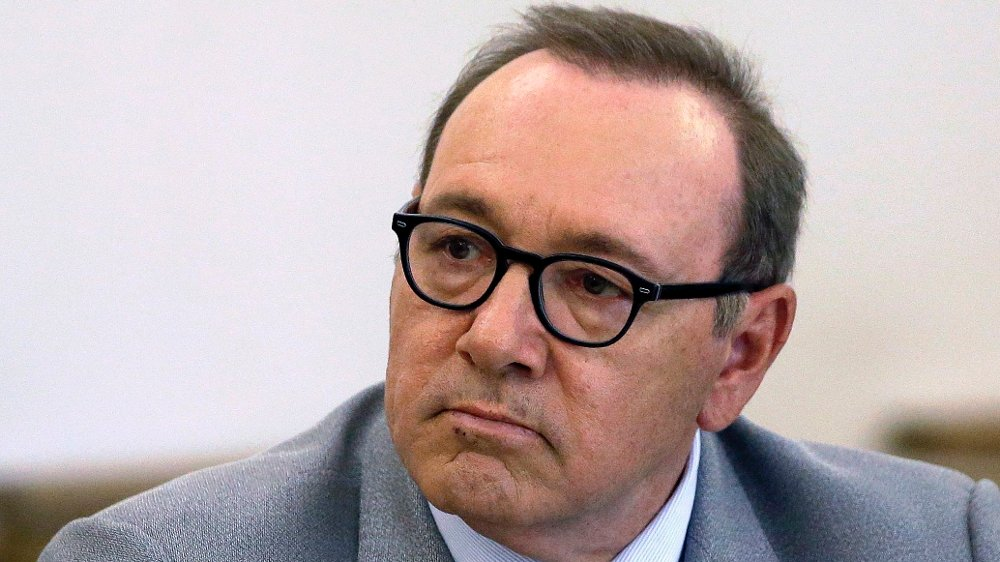 Klikk på bildet for å forstørre. Kevin Spacey FILE - In this June 3, 2019, file photo, actor Kevin Spacey attends a pretrial hearing at district court in Nantucket, Mass. The man who accused Kevin Spacey of groping him at a bar has denied deleting or altering text messages about the alleged 2016 assault. The man's lawyer said Monday, July 8, 2019, they cannot find the phone but have recovered a copy of its contents that were backed up to a computer.
