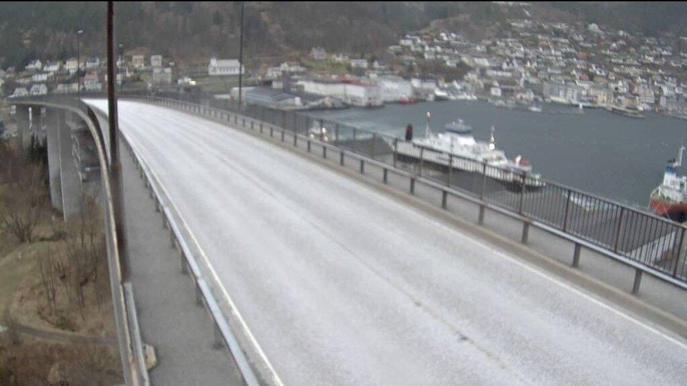 Klikk på bildet for å forstørre. STENGT: Måløybrua har vært stengt siden torsdag morgen på grunn av sterk vind.