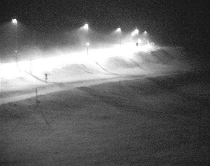 Klikk på bildet for å forstørre. På E134 over Haukelifjell er det fredag morgen kolonnekjøring på grunn av uvær.