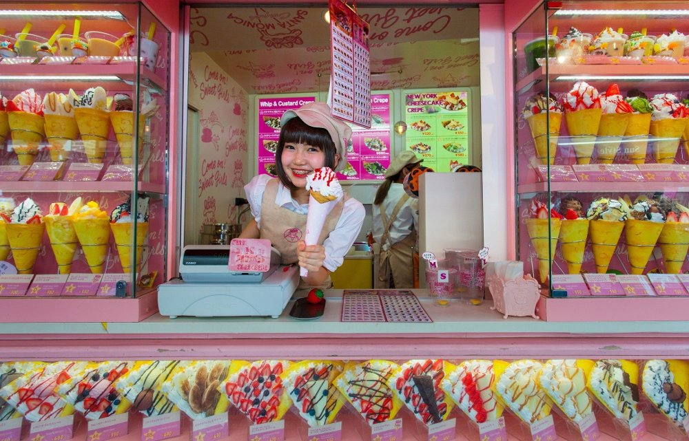 Klikk på bildet for å forstørre. Crape and ice cream vendor at Harajuku Tokyo, Japan - May 14, 2015: Crape and ice cream vendor at Harajuku's Takeshita street, known for it's Colorful shops and Punk Manga - Anime overall look. with people