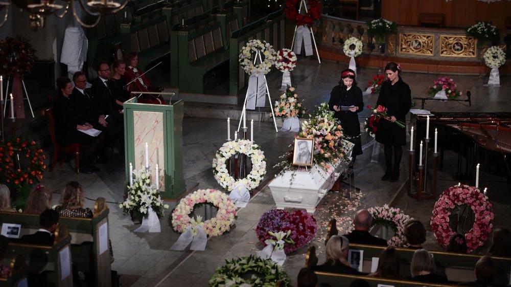 Klikk på bildet for å forstørre. Maud Angelica Behn satte et portrett hun selv har tegnet på kisten og holdt minneord for sin far Ari Behn under bisettelsen i Oslo domkirke. Prinsesse Märtha Louise til høyre. POOL