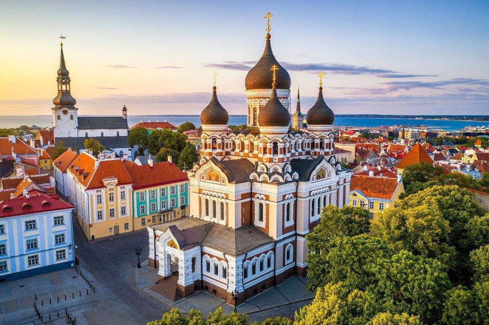 Klikk på bildet for å forstørre. Katedralene Alexander Nevsky og St Mary's Cathedral i Tallinn.