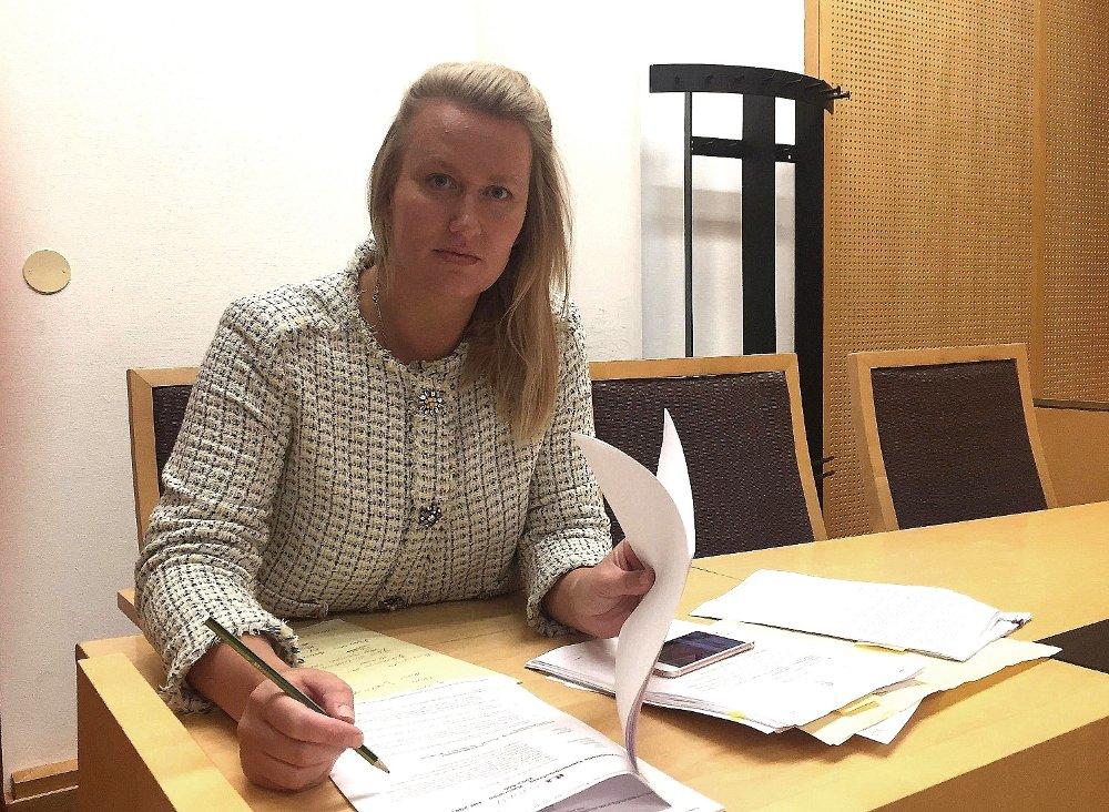 Klikk på bildet for å forstørre. Advokat Elisabeth Myhre sitter i sal 128 i Oslo tingrett og noterer på et ark. Bildet er fra en tidligere anledning.