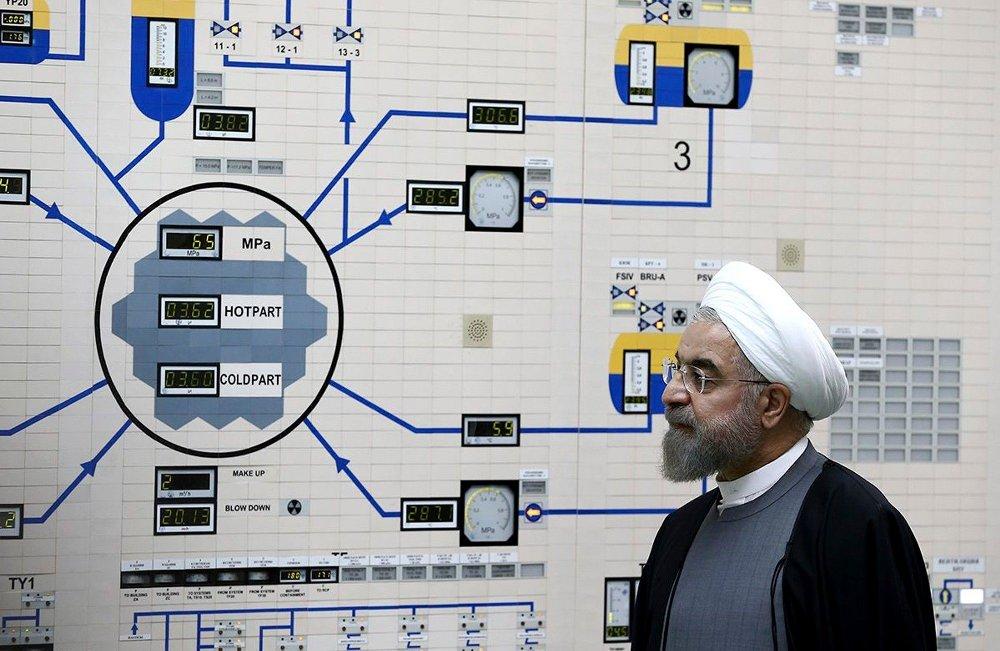 Klikk på bildet for å forstørre. Irans president Hassan Rouhani avbildet på det iranske kjernekraftverket i Bushehr. Iran vil kunne skaffe kjernevåpen i løpet av ett år dersom de gjenopptar atomvåpenprogrammet.