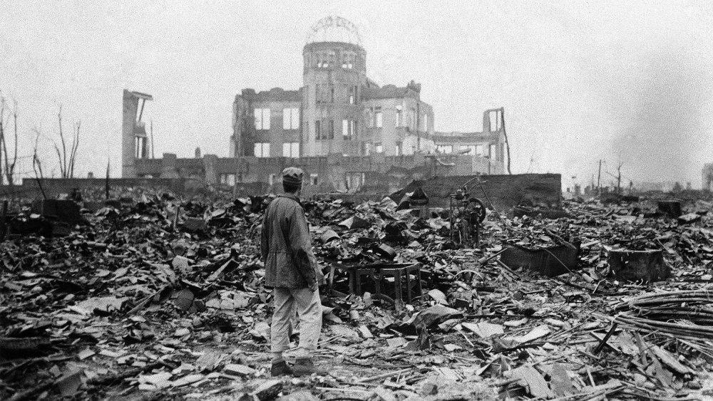 Klikk på bildet for å forstørre. Bildet viser en journalist midt i ruinene i Hiroshima etter atomvåpenangrepet i 1945, og er en sterk påminner om ødeleggelsene kjernevåpen forårsaker.