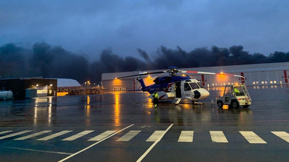 Klikk på bildet for å forstørre. BRANN: Det brenner kraftig på Stavanger Lufthavn.