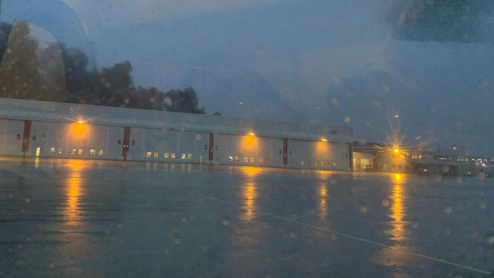Klikk på bildet for å forstørre. BRANN: Det brenner i et parkeringshus på Stavanger Lufthavn.