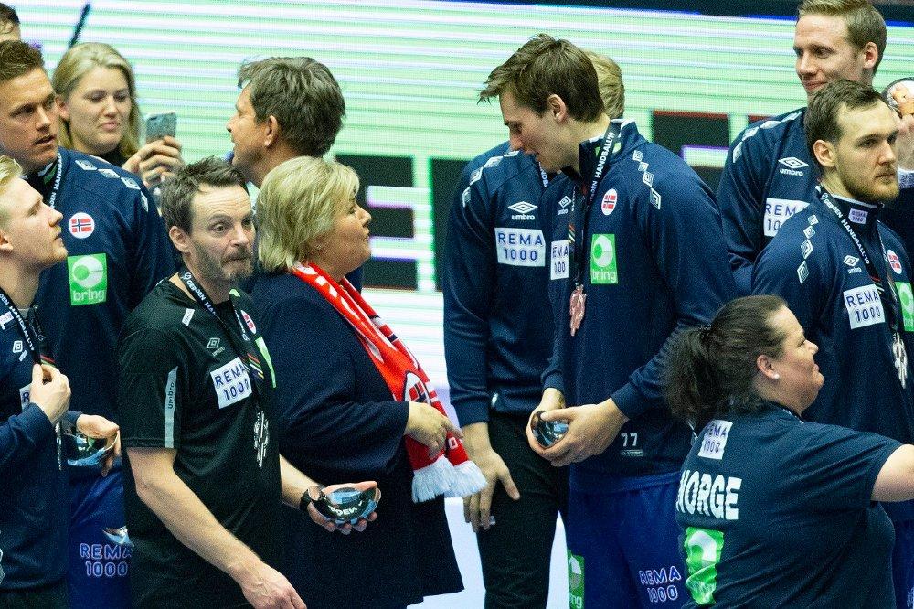 Klikk på bildet for å forstørre. JERN MØTER ERNA: Håndball-bautaen Magnus Abelvik Rød i samtale med statsminister Erna Solberg etter VM-sølvet i 2019.