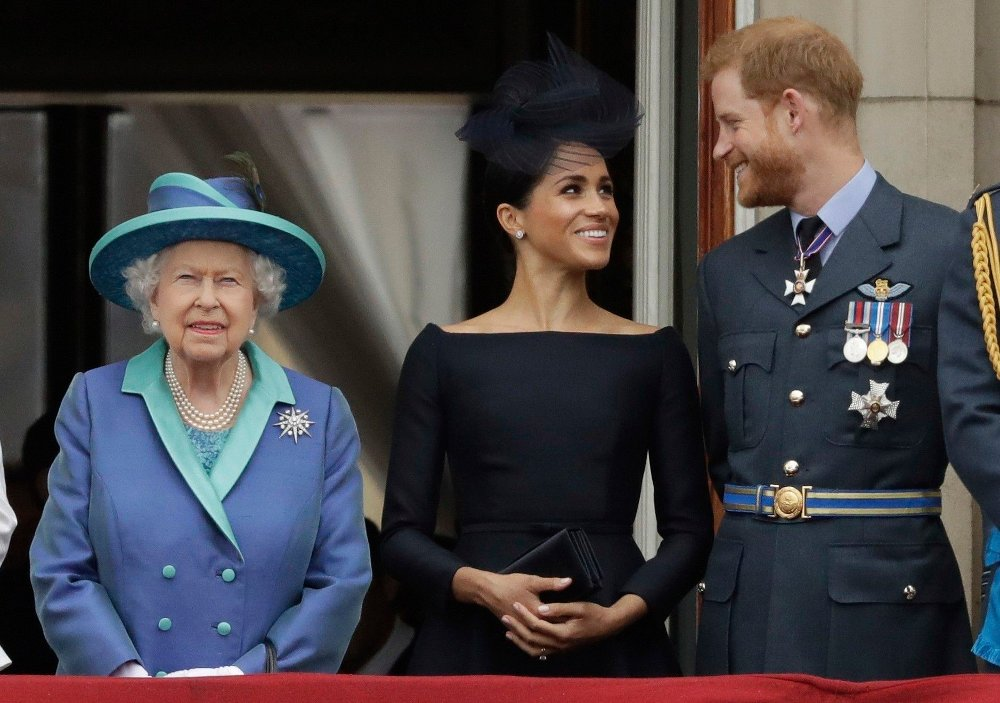 Klikk på bildet for å forstørre. Britain Royals Prince Harry FILE - In this Tuesday, July 10, 2018 file photo Britain's Queen Elizabeth II, and Meghan the Duchess of Sussex and Prince Harry watch a flypast of Royal Air Force aircraft pass over Buckingham Palace in London. In a stunning declaration, Britain's Prince Harry and his wife, Meghan, said they are planning