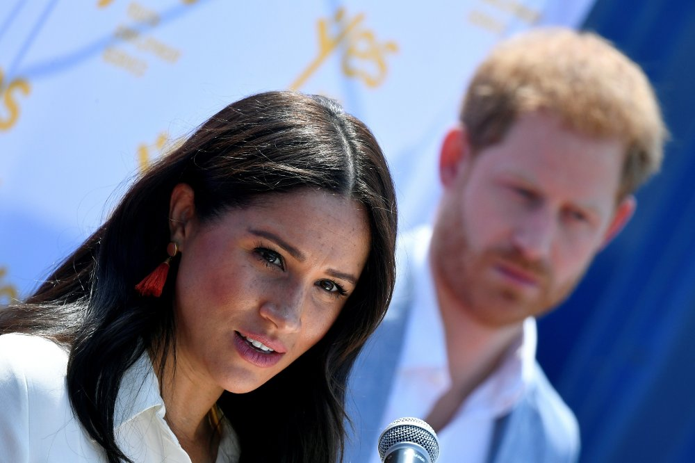 Klikk på bildet for å forstørre. Britain's Prince Harry and Meghan visit South Africa Britain's Meghan, Duchess of Sussex, gives a speech as Prince Harry, Duke of Sussex, looks on during a visit to the Youth Employment Services Hub in Tembisa township, near Johannesburg, South Africa, October 2, 2019. REUTERS/Toby Melville