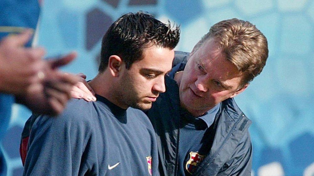 Klikk på bildet for å forstørre. DEN GANG DA: Louis van Gaal er den siste Barcelona-treneren som fikk sparken midt i sesong. Her sammen med nettopp Xavi.