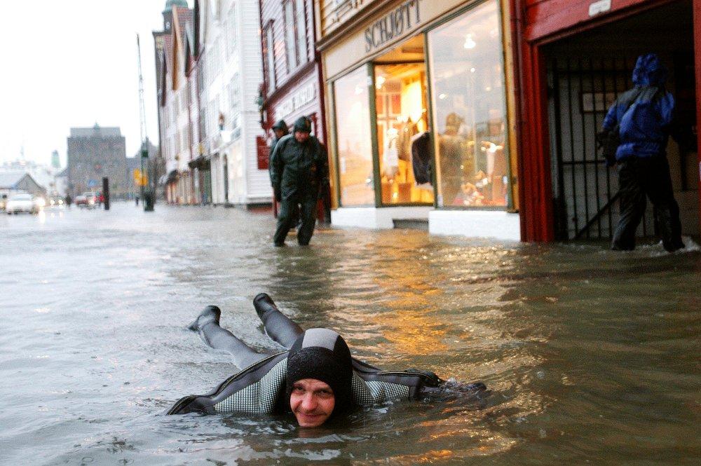Klikk på bildet for å forstørre. FLOM: Slik så det ut på Bryggen i 2005, da var vannstanden 224 centimeter på sitt høyeste - en centimeter høyere enn det som er meldt onsdag.