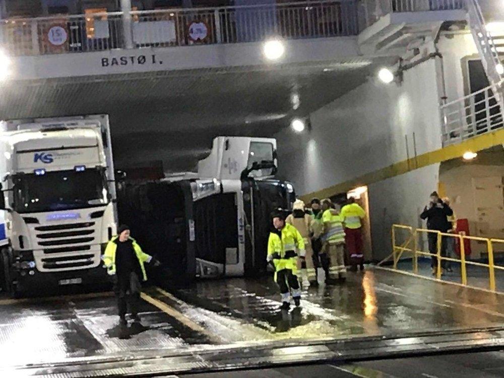 Klikk på bildet for å forstørre. Lastebil veltet om bord på ferga Bastø I.