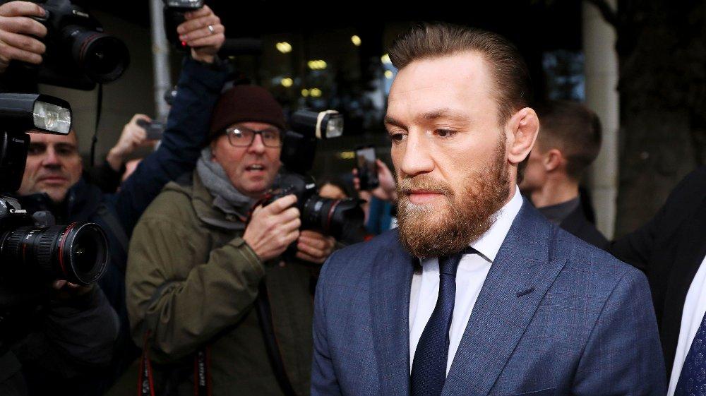 Klikk på bildet for å forstørre. NEKTER SKYLD: Conor McGregor nekter for å ha vært involvert i ovregrepene han beskyldes for. Her er han utenfor Dublin District Court, der iren ble bøtelagt for å ha slått en mann på en bar i den irske hovedstaden.