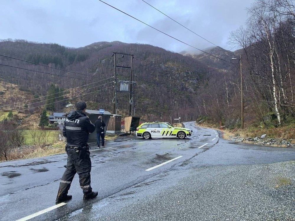 Klikk på bildet for å forstørre. PÅ STEDET: Politiet på plass etter turgåer ble funnet død mandag.