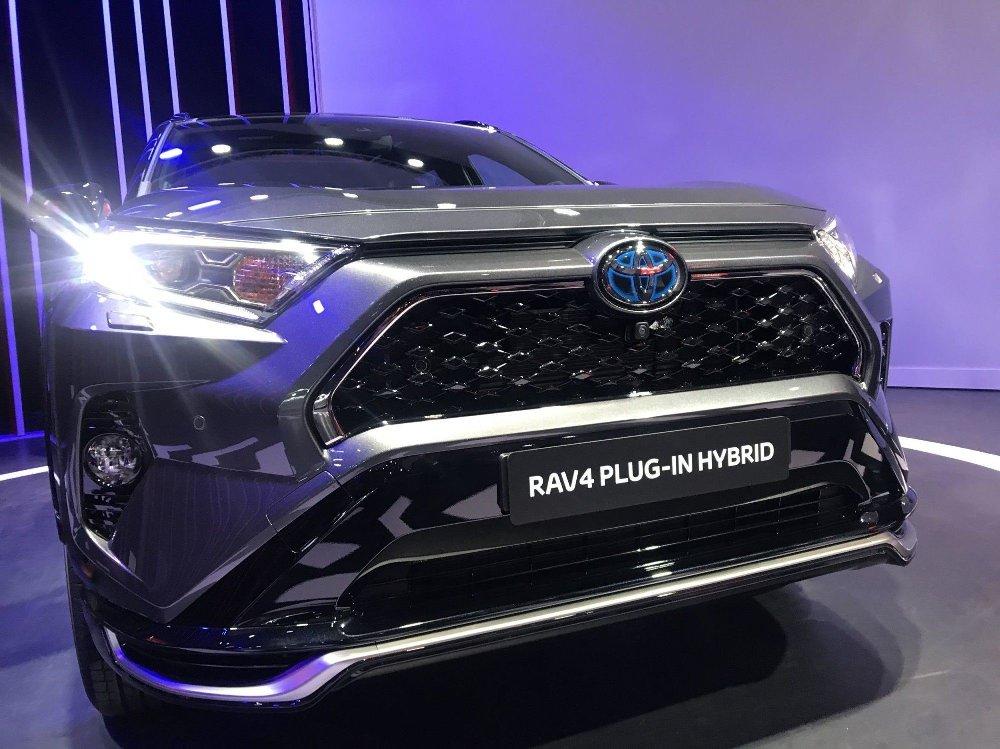 Klikk på bildet for å forstørre. Plug in hybrid – det betyr at Toyota RAV4 nå har blitt ladbar.