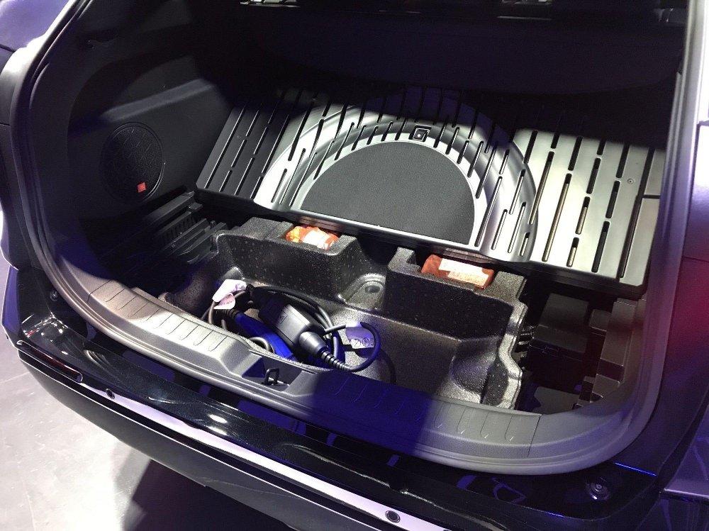 Klikk på bildet for å forstørre. Plass til ladekabelen under gulvet i bagasjerommet. Det er smart.