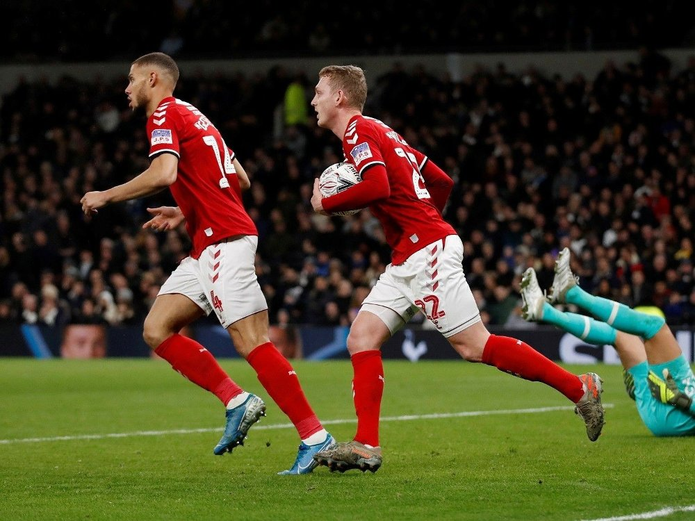 Klikk på bildet for å forstørre. TENTE ET HÅP: George Savilles scoring ga bortelaget et ørlite håp i kampen mot Tottenham.
