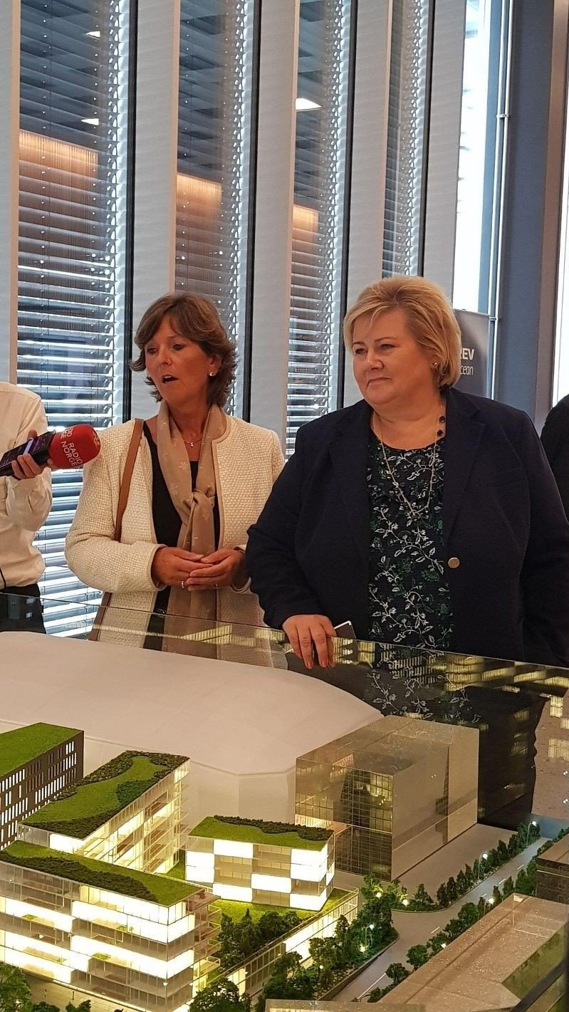 Klikk på bildet for å forstørre. Bærum-ordfører Lisbeth Hammer Krogh og statsminister Erna Solberg under presentasjon av Rev Oceans planer i oktober 2018.