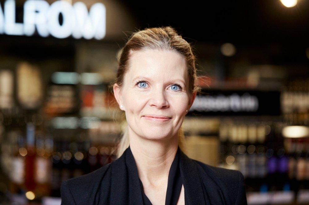 Klikk på bildet for å forstørre. Portrett av kvinnelig pressekontakt for Vinmonopolet, Kristine Sanne.