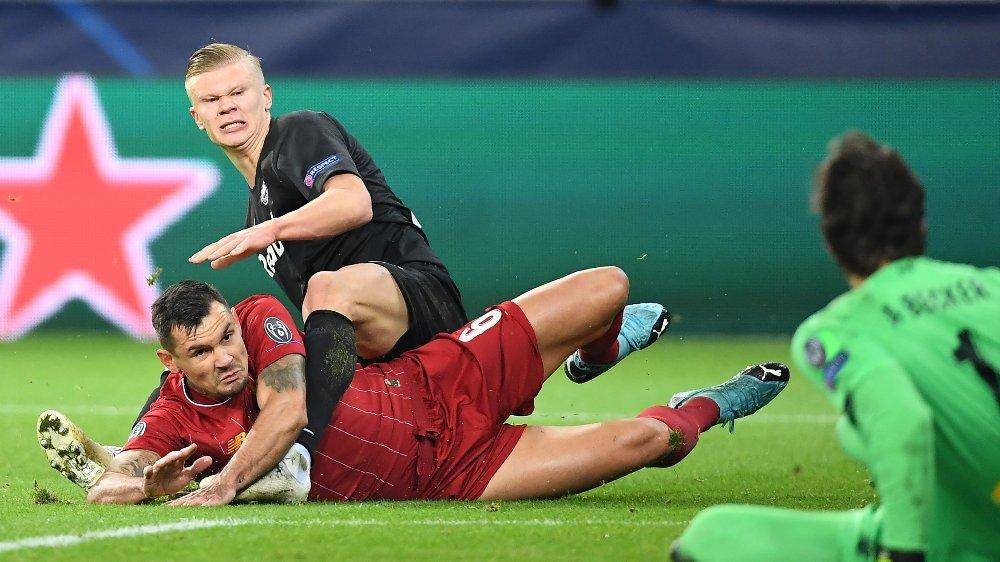 Klikk på bildet for å forstørre. IMPONERT: Haaland har hatt en ellevill Champions League-start. Her i duell med Liverpools Dejan Lovren.
