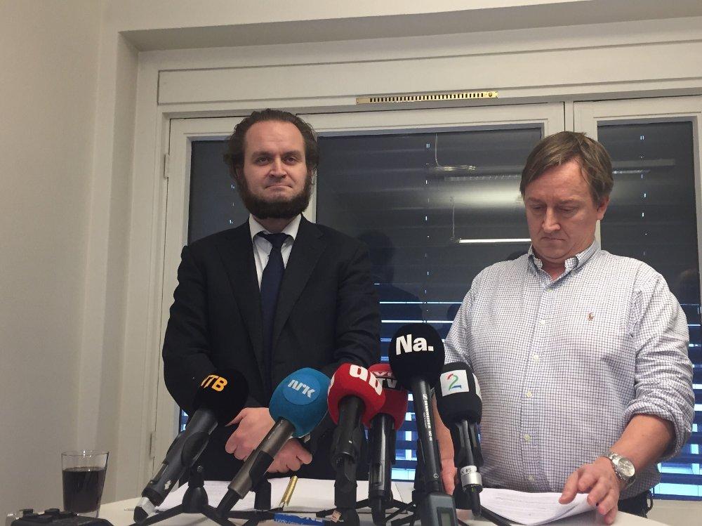 Klikk på bildet for å forstørre. Bilde av Nils Christian Nordhus og Mads Harlem under pressekonferansen. De står foran mikrofoner.