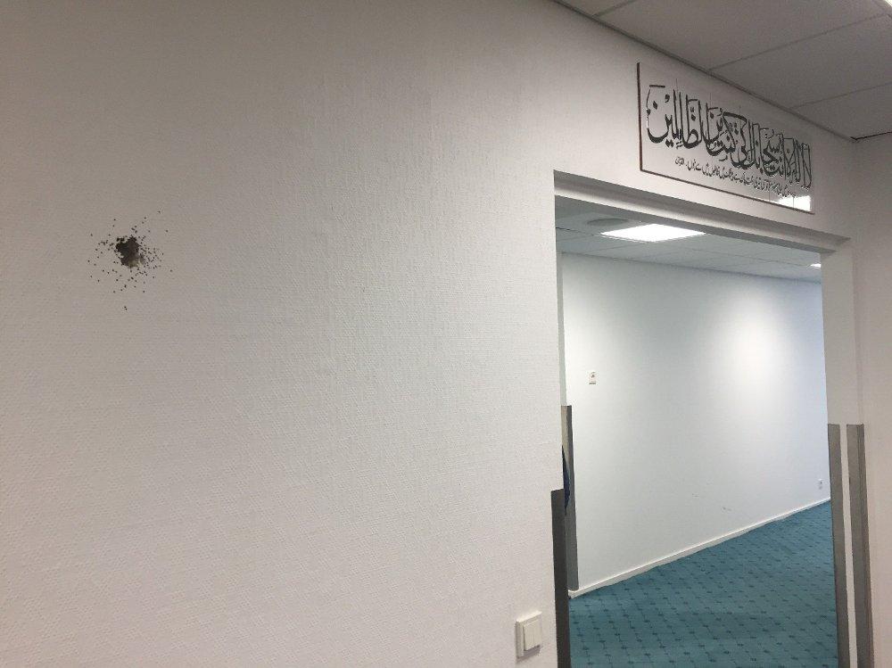 Klikk på bildet for å forstørre. Kulehull i gulv og vegger er godt synlig i moskeen.
