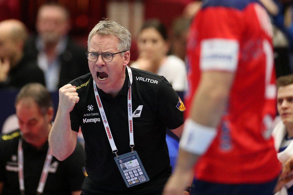 Klikk på bildet for å forstørre. - UAKSEPTABELT: Island-trener Gudmundur Gudmundsson er oppgitt.