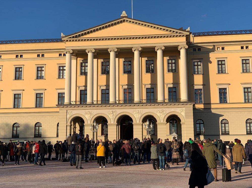 Klikk på bildet for å forstørre. STOR INTERESSE: Mange pressefolk og skuelystne på Slottsplassen fredag minutter før statsråd og Erna Solberg skal presentere sitt nye mannskap.