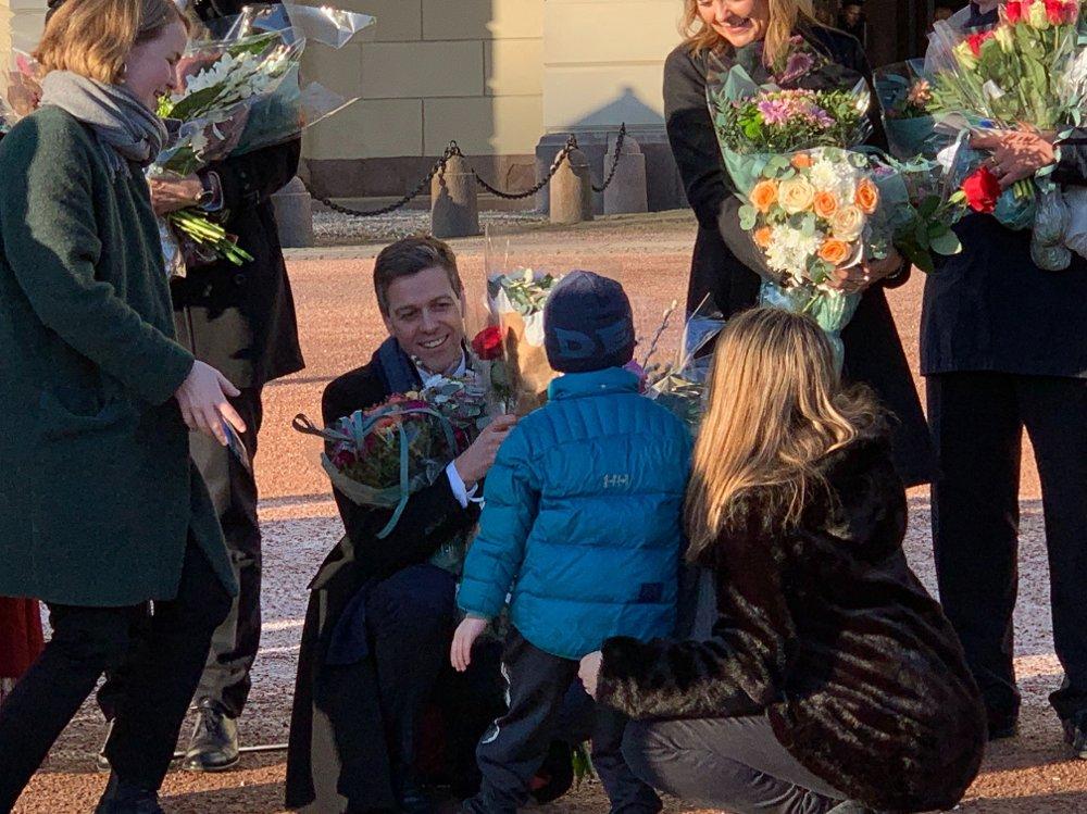 Klikk på bildet for å forstørre. GRATULASJONER: Knut Arild Hareide mottar gratulasjoner på Slottsplassen fredag. Han går inn i Erna Solbergs regjering som samferdselsminister.