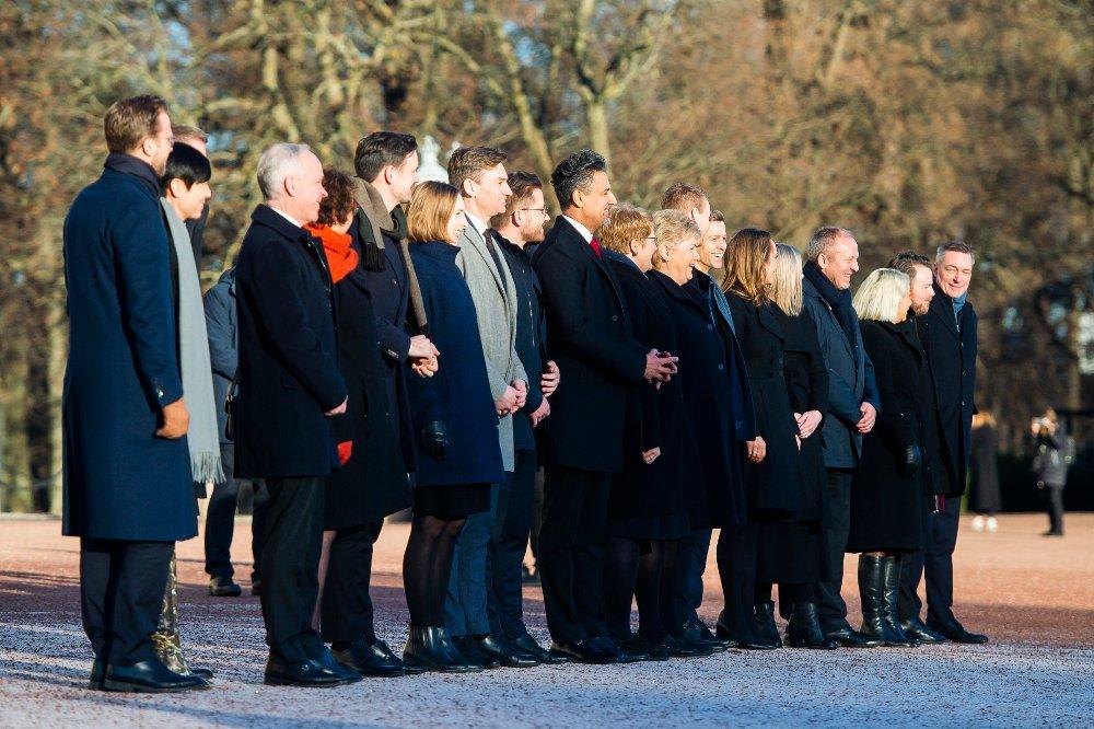 Klikk på bildet for å forstørre. UTEN FRP: Fredag kom de ut på Slottsplassen etter statsråd, Erna Solbergs nye mannskap, denne gangen uten Frp.