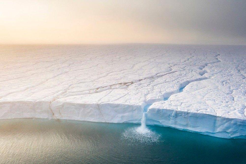 Klikk på bildet for å forstørre. TRUET: Norske Roy Mangersnes vant klassen for truet nordisk natur. Dette dronebildet er tatt fra Austfonna på Svalbard.