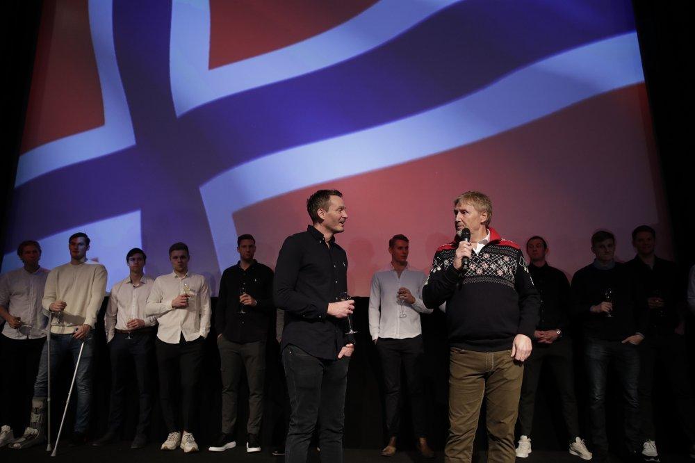 Klikk på bildet for å forstørre. SUKSESSTRENER: Christian Berge i samtale med forbundsmann Jan Erik Aalbu.