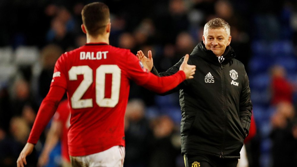 Klikk på bildet for å forstørre. Soccer Football - FA Cup Fourth Round - Tranmere Rovers v Manchester United - Prenton Park, Birkenhead, Britain - January 26, 2020 Manchester United manager Ole Gunnar Solskjaer celebrates after the match with Diogo Dalot Action Images via Reuters/Andrew Boyers