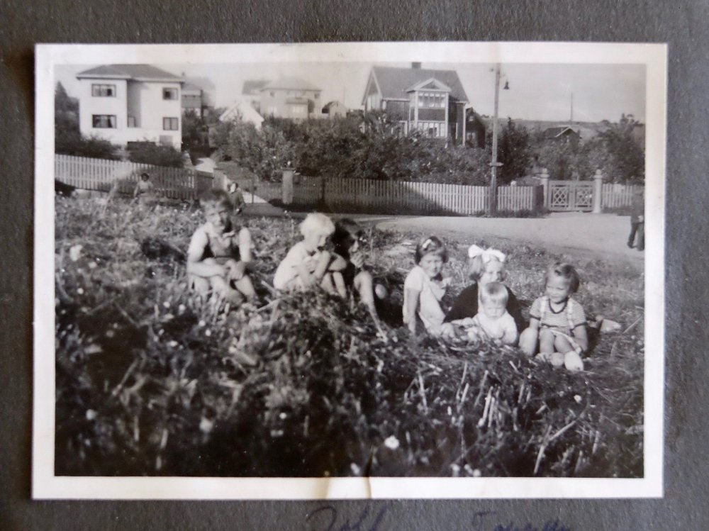 Klikk på bildet for å forstørre. BARNA SOM FORSVANT: Lenge var det ikke noen kjente bilder av søsknene Charles og Fanny Ganz. Så hentet Rolf Skarning fram sitt fotoalbum og sine minner fra barndommens gate på Refstad. På dette bildet tatt sommeren 1939 ser vi Charles helt til venstre og søsteren Fanny som nummer fire fra venstre.