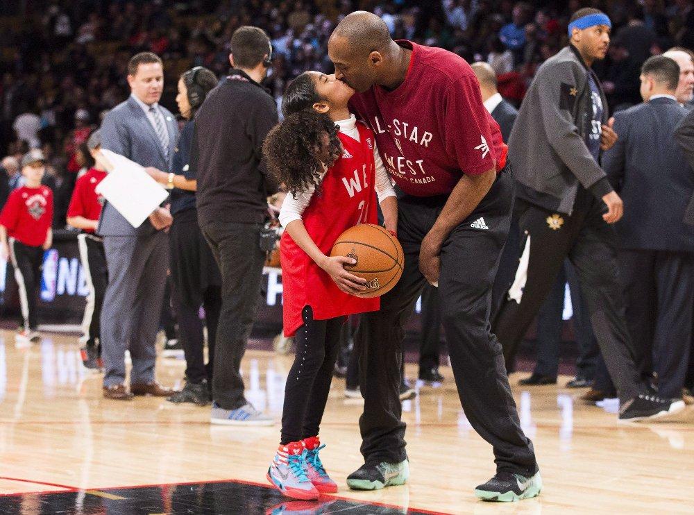 Klikk på bildet for å forstørre. OMKOM: Kobe Bryant og datteren Gianna døde begge i den tragiske helikopterulykken på søndag. Her fra oppvarmingen til en NBA All-Star-kamp i 2016.