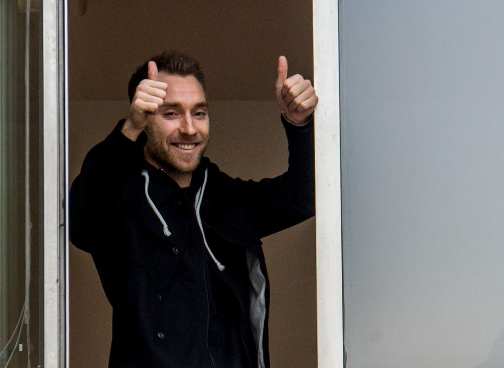 Klikk på bildet for å forstørre. PÅ PLASS: Christian Eriksen gjennomførte medisinske tester hos Italias olympiske komité i Milano mandag. Her tar han imot hyllest fra mange frammøtte utenfor lokalene.