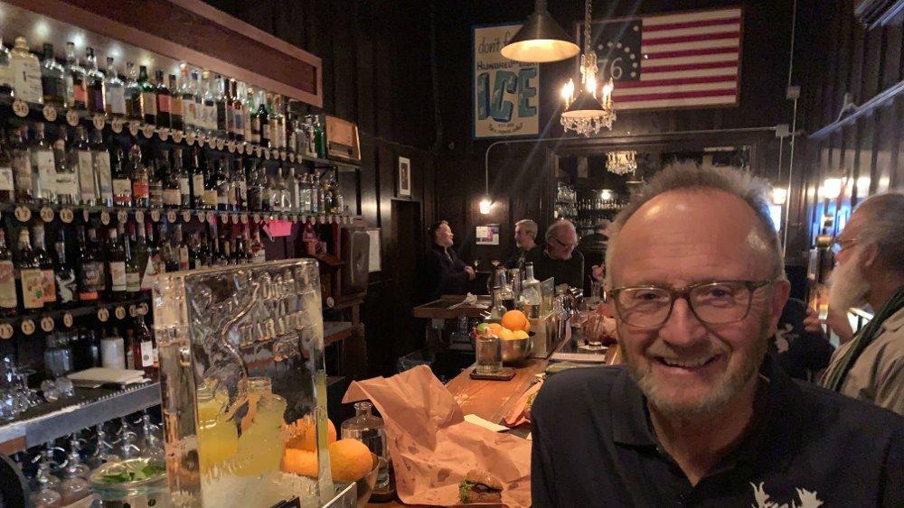 Klikk på bildet for å forstørre. Odd Johan Nelvik er daglig leder hos Det norske bryggeri i Grimstad. Her er han på cocktail-baren Dutch Kills i Queens, New York.