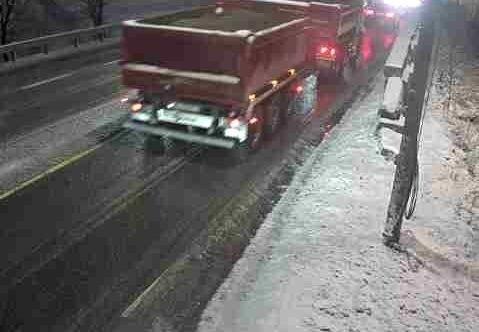 Klikk på bildet for å forstørre. Snø og vinterføre på riksvei 4 på Gjelleråsen onsdag morgen.