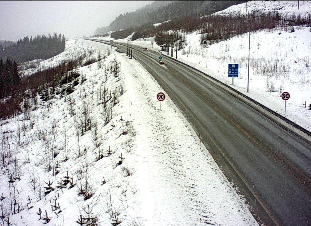 Klikk på bildet for å forstørre. Vinterlig langs riksvei 7 ved Nordtjernlia på Ringerike onsdag morgen.