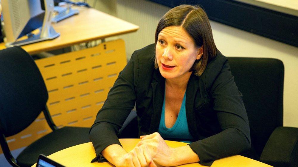 Klikk på bildet for å forstørre. Bilde av MDGs byråd Hanna Marcussen ved skrivepulten.