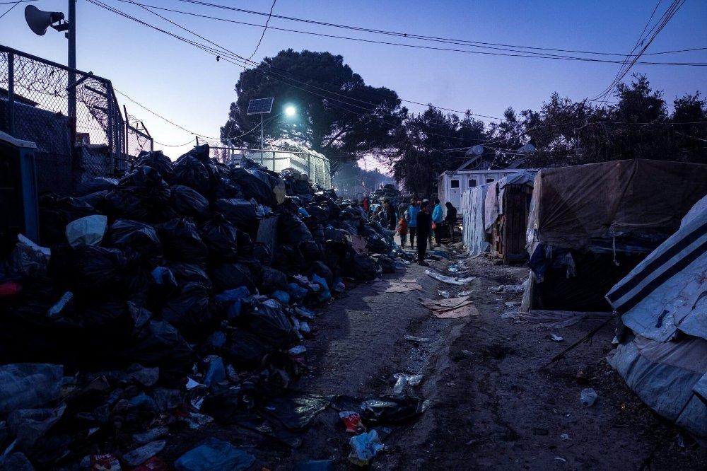 Klikk på bildet for å forstørre. Masse søppel i Moria-leiren.