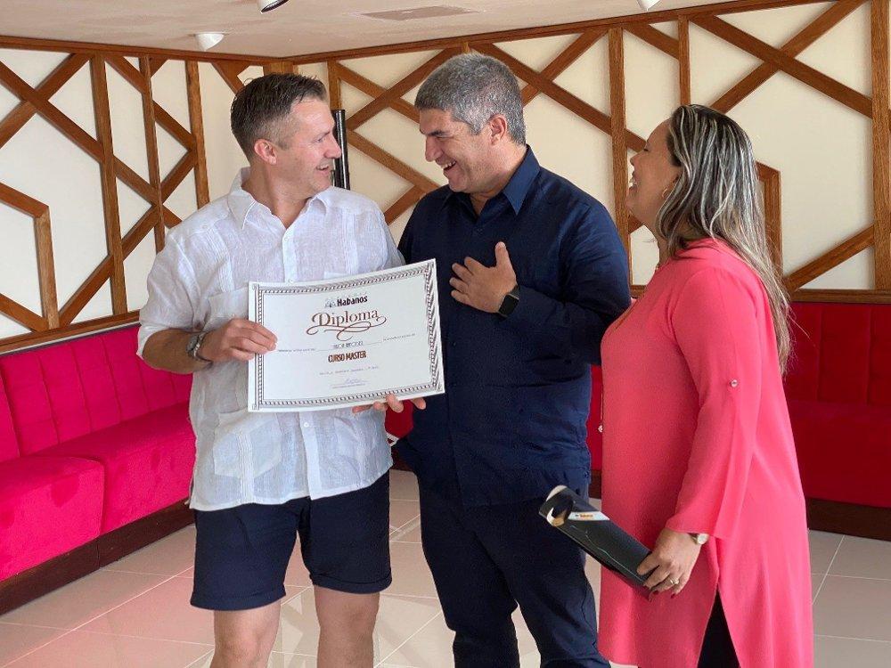 Klikk på bildet for å forstørre. Håkon Aanonsen får diplom.