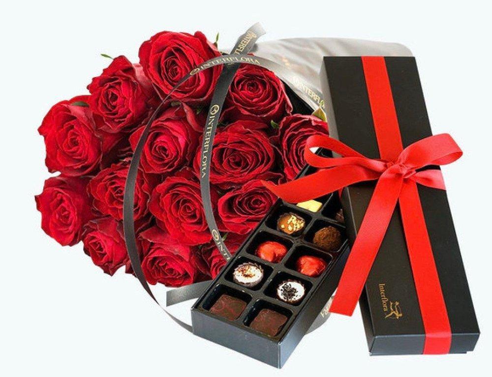 Klikk på bildet for å forstørre. En perfekt kombinasjon av røde roser og sjokolade