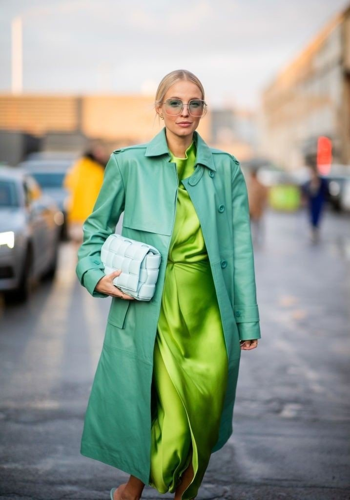 Klikk på bildet for å forstørre. Street Style - Day 2 - Copenhagen Fashion Week Autumn/Winter 2020 COPENHAGEN, DENMARK - JANUARY 29: Leonie Hanne seen wearing green Stine Goya dress, remain Birger Christensen leather coat turquois, Bottega Veneta bag, Dior sunglasses outside Stine Goya during Copenhagen Fashion Week Autumn/Winter 2020 Day 2 on January 29, 2020 in Copenhagen, Denmark.