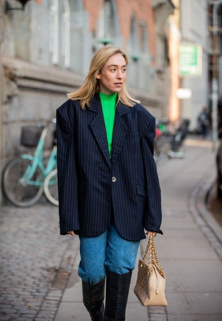 Klikk på bildet for å forstørre. Street Style - Day 2 - Copenhagen Fashion Week Autumn/Winter 2020 COPENHAGEN, DENMARK - JANUARY 29: Sonia Lyson is seen wearing denim jeans Zara, beige Chanel bag, green turtleneck H&M, navy striped blazer Esau Yori, black Jimmy Choo boots during Copenhagen Fashion Week Autumn/Winter 2020 Day 2 on January 29, 2020 in Copenhagen, Denmark.