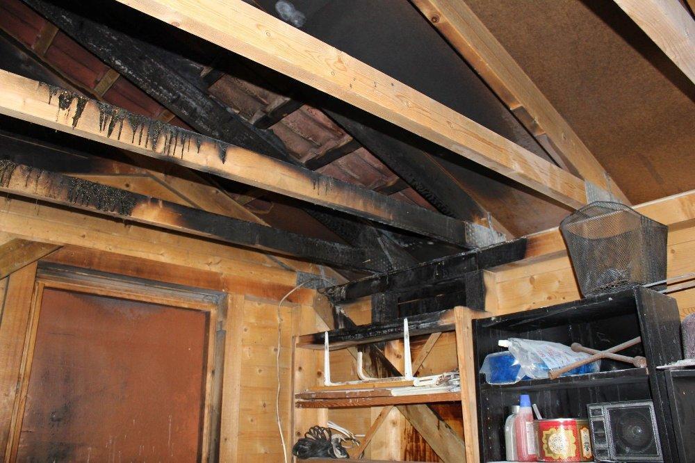 Klikk på bildet for å forstørre. Slik kan det gå med ulovlig lading. Her tok en koblingsboks i taket i garasjen fyr.