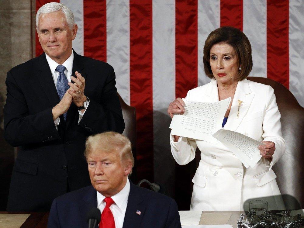Klikk på bildet for å forstørre. UFINT: Demokratenes leder i Representantenes hus, Nancy Pelosi, rev i stykker en kopi av USAs president Donald Trumps tale mens han fikk applaus for sin tredje State og the Union-tale i Kongressen onsdag. Til venstre visepresident Mike Pence.